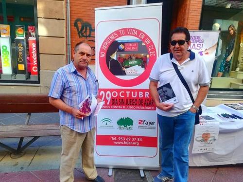 29 De Octubre 2018 Con motivo del  Dia Sin Juego miembros de A.P.L.I.J.E.R. repartiendo informacion en el pasaje del comercio de Linares.