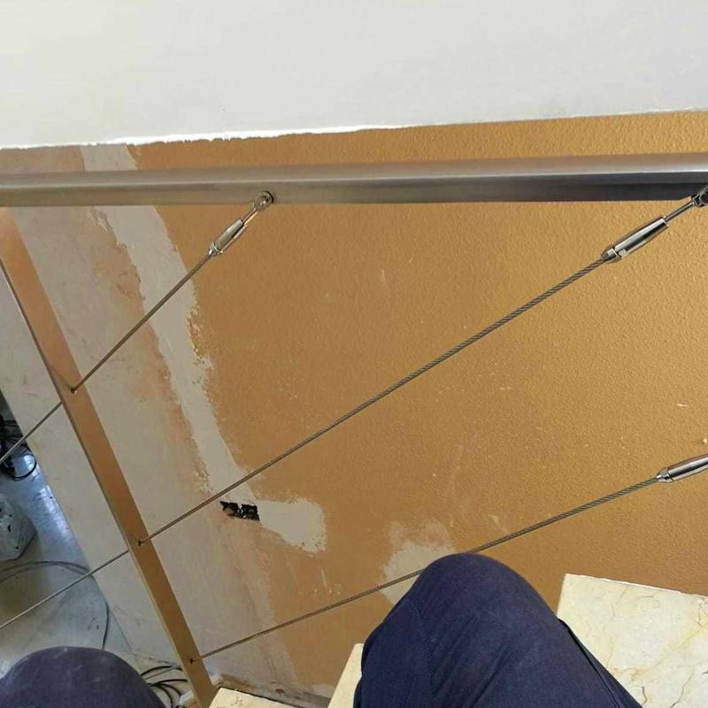 Barandilla de acero inoxidable con cables tensores