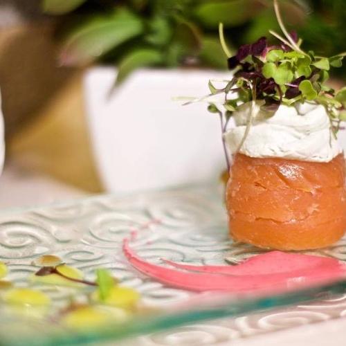 Jardín marino de trucha relleno de queso bergader, geles de yuzu y vermut con mahonesa de remolacha