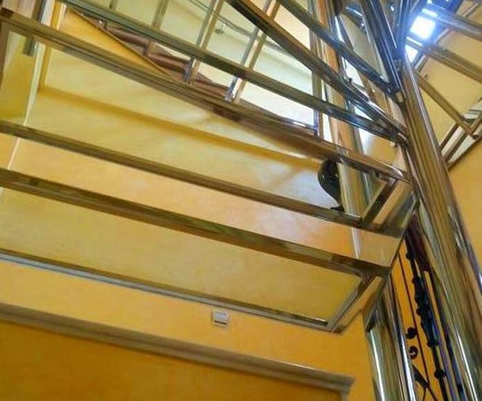 Escalera de acero inoxidable y vidrio diseñada y fabricada a medida para vivienda particular