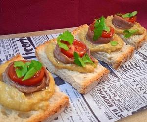 Tosta de anchoas con salsa de  aguacate