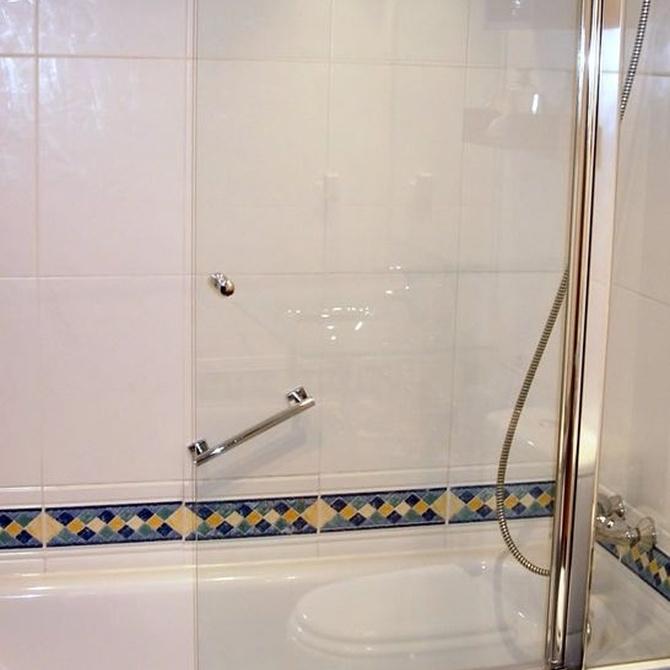 Ventajas de instalar mamparas de cristal en bañeras