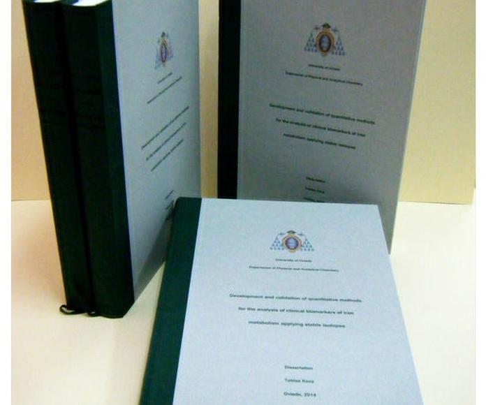 Encuadernación tesis doctoral en tela verde, con portada impresa sobre papel texturizado en tono verde agua y lomo dorado en negro. Se le ha añadido un registro para marcar la lectura.