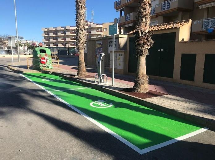 Señalización de suelo para estacionar un coche eléctrico. Alicante