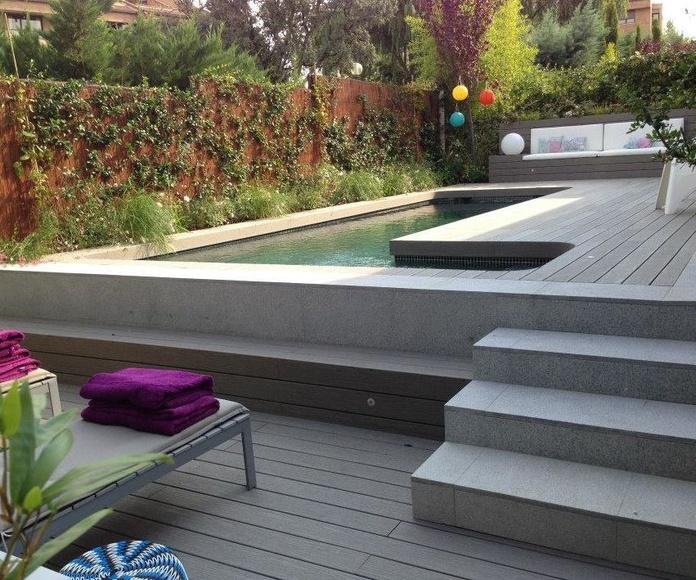Piscina de obra con escalera exterior y gresite verde