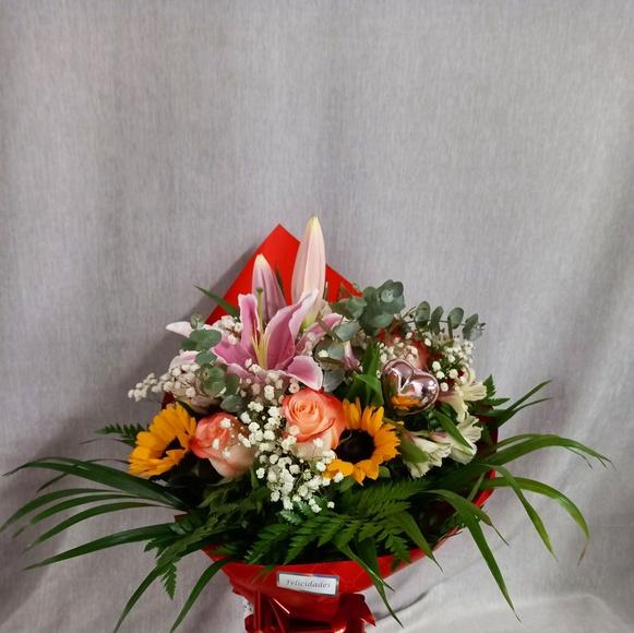 Ramo variado girasoles, rosas, eucalipto, astromelia, envoltorio rojo