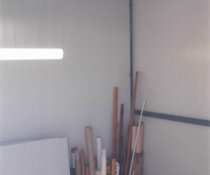 Cerramiento de trastero con panel galvanizado y lacado y estructura de tubo