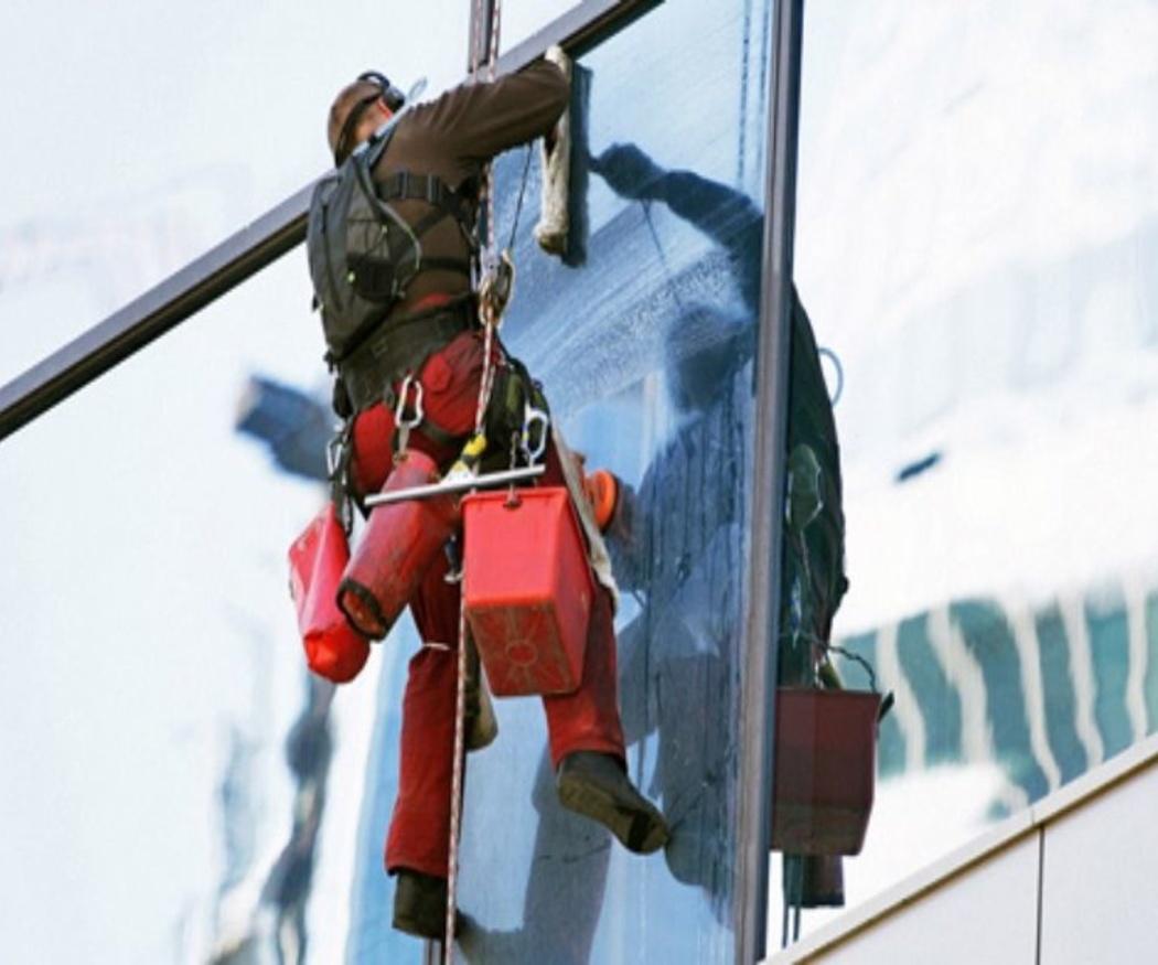 La seguridad, clave en limpiezas de cristales en altura
