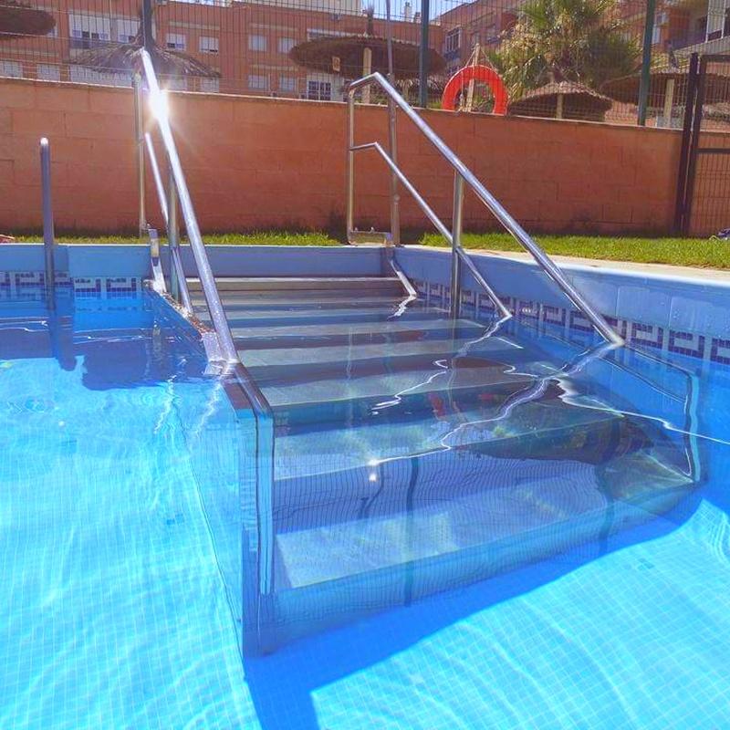Escalera de piscina con barandilla de acero inoxidable.jpg