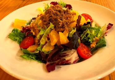 Duck salad with oranges, walnuts, croutons and vinaigrette