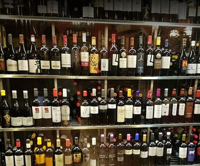 Variedad de tapas y calidad en vinos