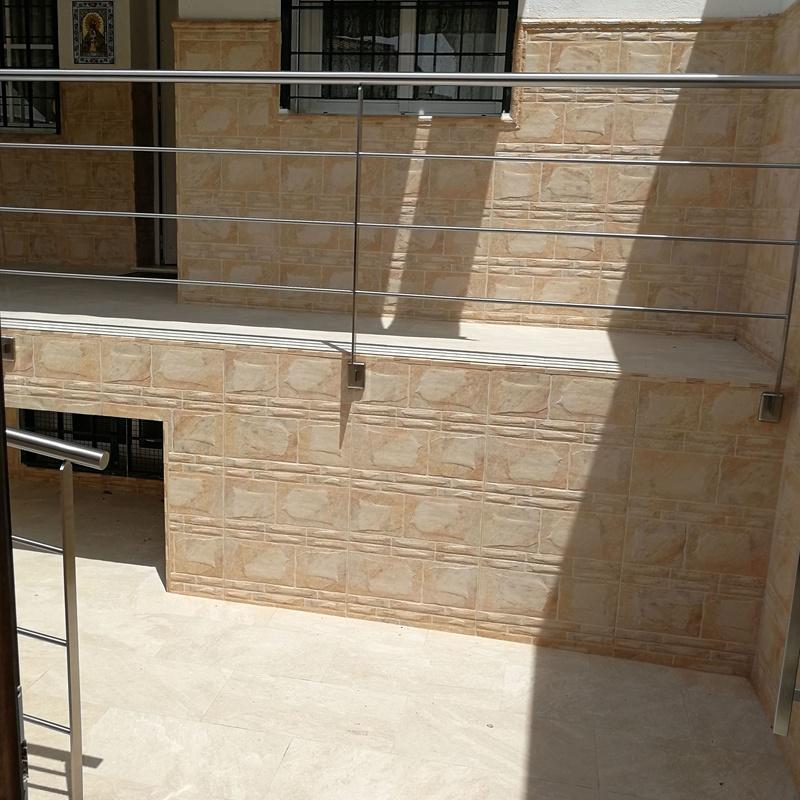 Barandilla de acero inoxidable sencilla diseñada y fabricada a medida para acceso a vivienda particular.