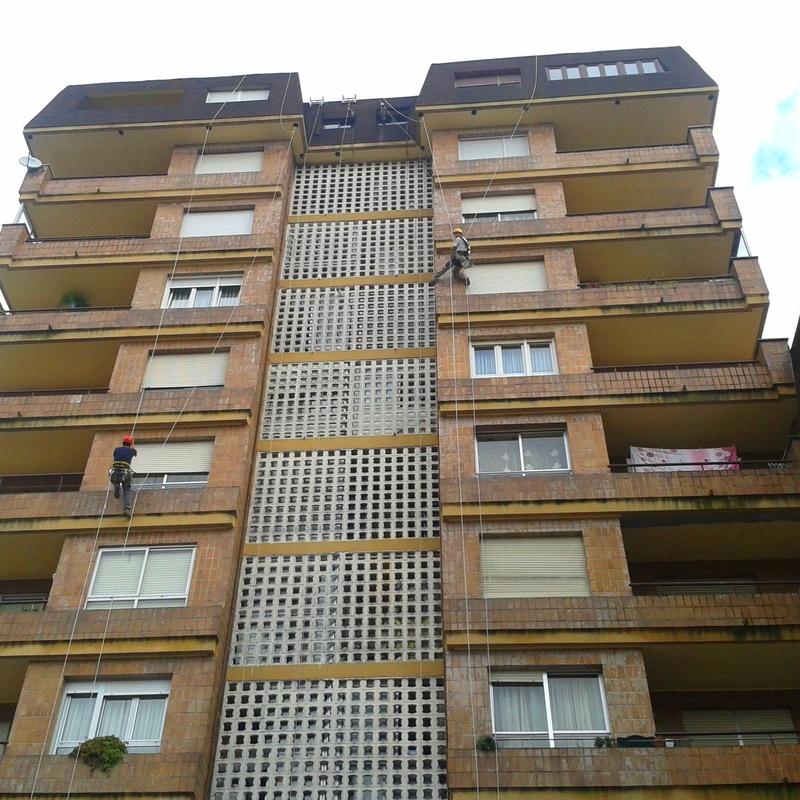 Trabajos verticales de reparación de fachada en Torrelavega