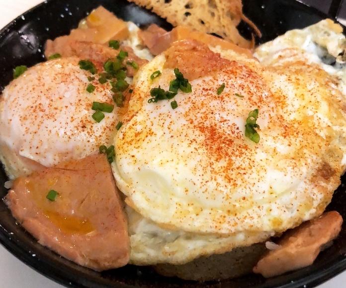 Huevos estrellados de labrador con patatas caseras: Carta de Xinvic