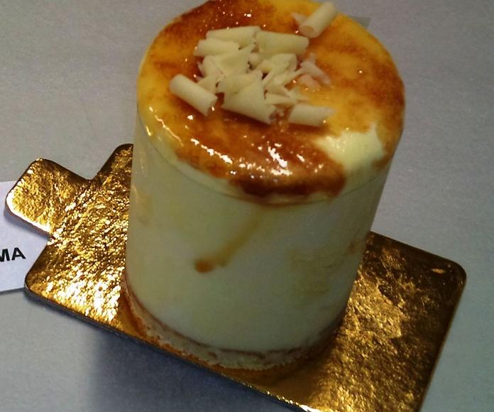 ración de helado de crema tostada, con bizcocho de almendra y la yema tostada.