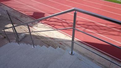 Barandilla de acero inoxidable montada en polideportivo.