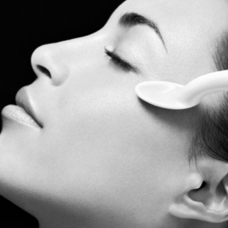 Tratamiento renovador de ojos Sothys con cucharas de porcelana: Tratamientos y Productos  de Chic Beauty Center