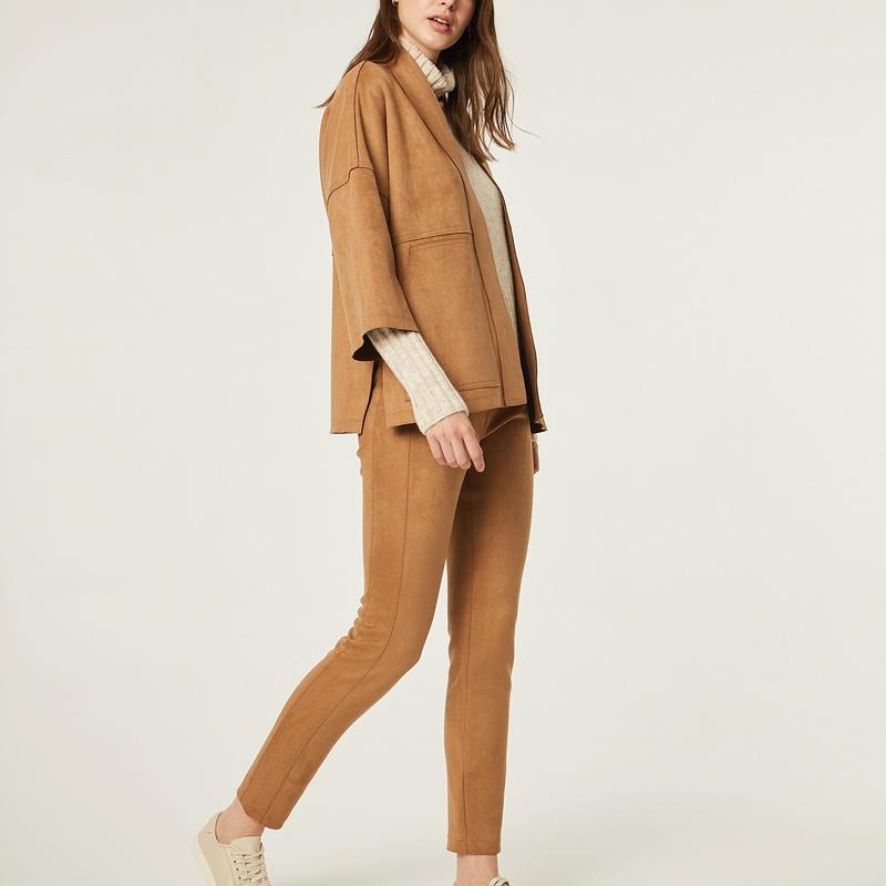 Conjunto chaqueta y pantalón de ante color camel: Catálogo de Manuela Lencería