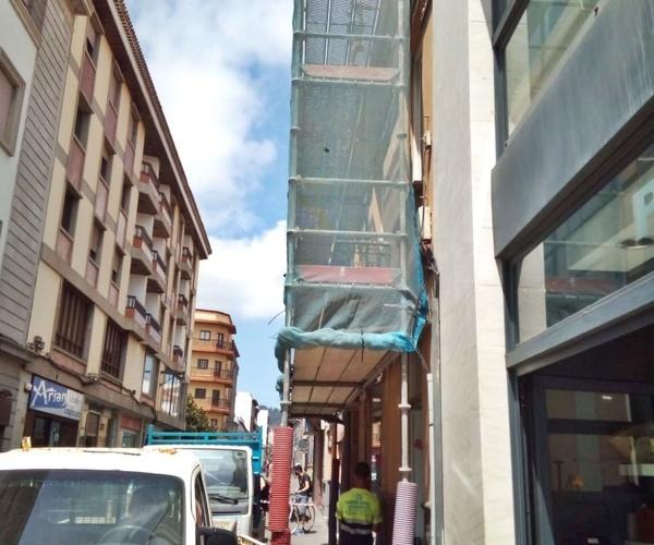 Montaje de andamio de fachada en calle Herradores. La Laguna.