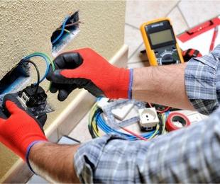 La ayuda de un electricista profesional