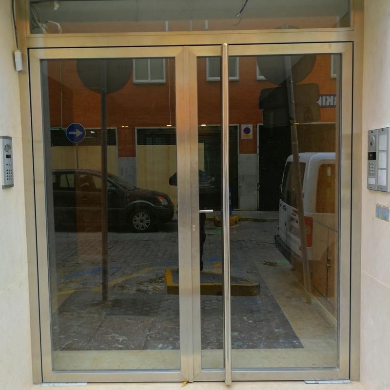 Puertas de acero inoxidable y vidrio