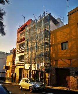Andamio tubular variant en fachada. Barrio La Salud. Santa Cruz de Tenerife.