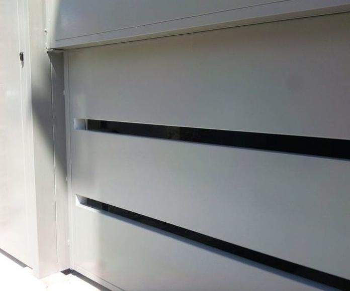 A217 puerta de guillotina 2 hojas con peatonal lacada al horno