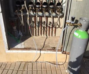 Localización de fugas de agua con gas traza