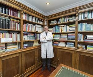 El Doctor Parada Nieto en un rincón de su consulta