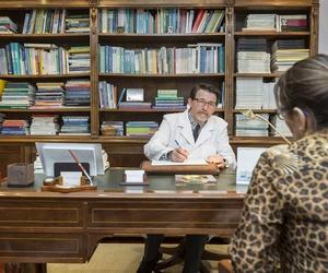 El Doctor Parada Nieto con una paciente