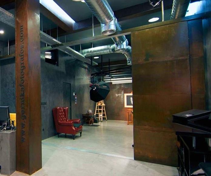 Columna y puertas correderas en chapa corten para estudio de fotografia
