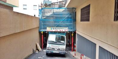 Andamio multidireccional para demolición de escalera + marquesina de protección para circulación de vehículos y peatones. La Orotava.