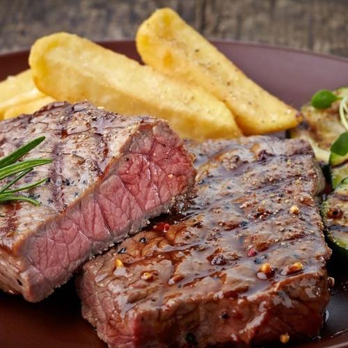 Restaurante con platos de carne en Fuerteventura