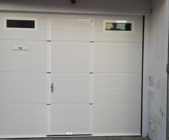 Puerta Seccional con puerta peatonal mirillas aluminio transparentes