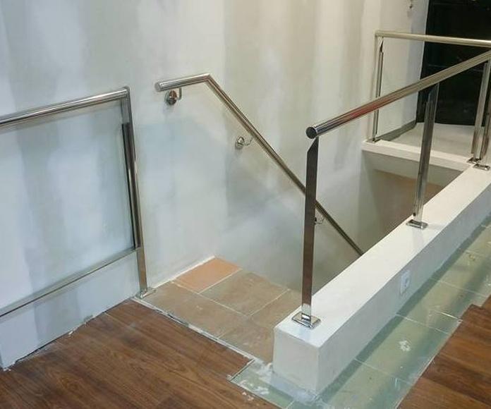 Barandilla de acero inoxidable y vidrio con cancelin de seguridad diseñado y montado a medida para vivienda particular