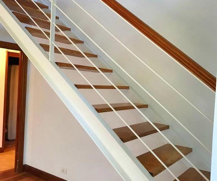 Escalera de hierro pintada de blanco en Plentzia