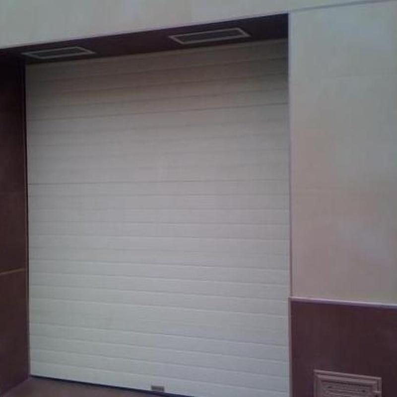 Puerta para garajes de comunidades, particulares o entradas a chalets: Catálogo de Carpintería Metálica Alugaval, S.L.