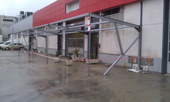 Estructura metálica de aparcamiento con techo de vidrio.