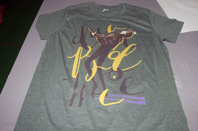 Camiseta de muestra personalizados con impresora toner blanco OKI