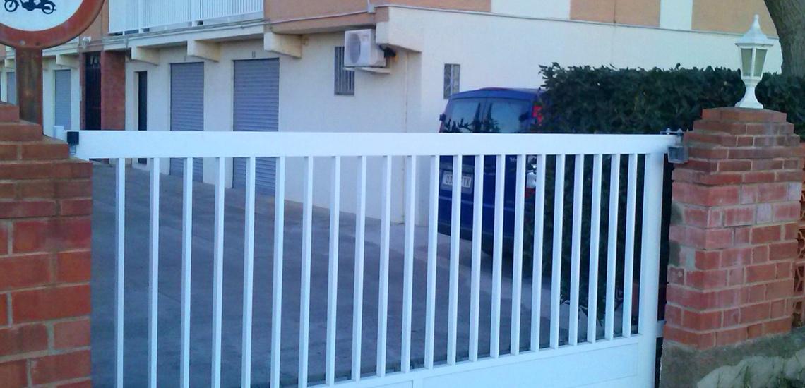 Estructuras metálicas para viviendas en Castellón: puertas de garaje, cancelas, rejas...