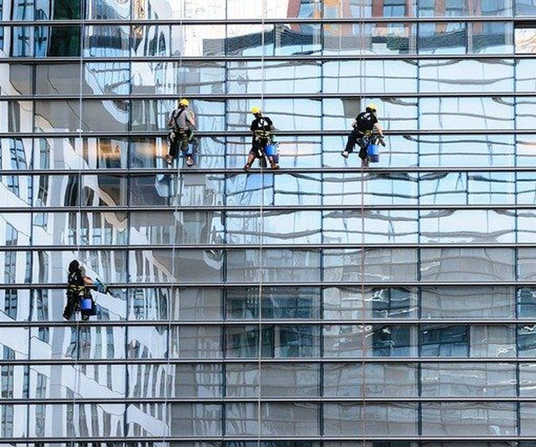 ¿En qué consiste la limpieza de la fachada de un edificio?