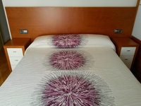 Cabecero en Cerezo y Mesita cerezo y cajones lacado blanco
