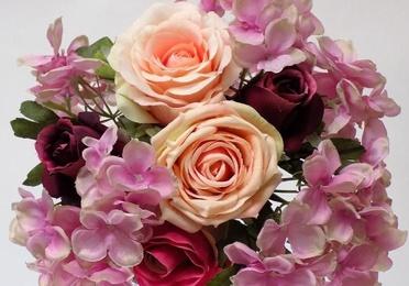 Bouquet de capullos rosa y hortensias