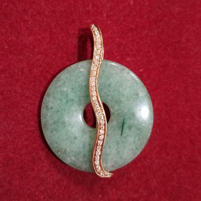 Colgante con montura de oro, brillantes y aro de jade. Moderno.: Catálogo de Antigua Joyeros