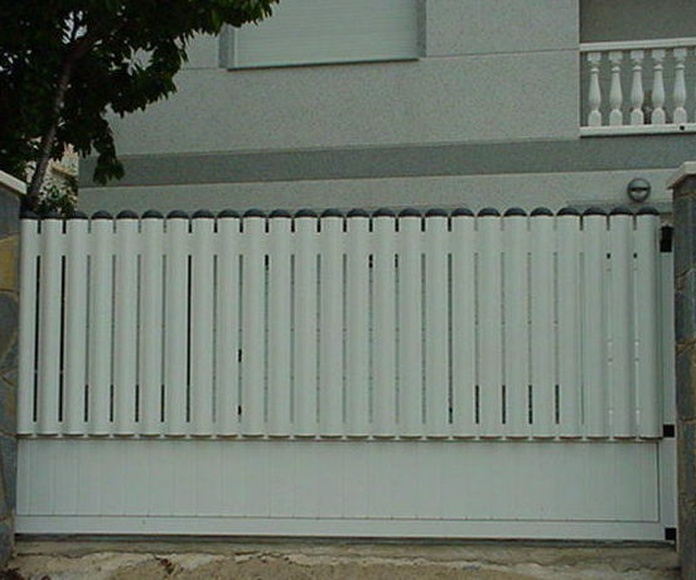 A102 Puerta Corredera de aluminio con barrotes y zócalo chapa lisa