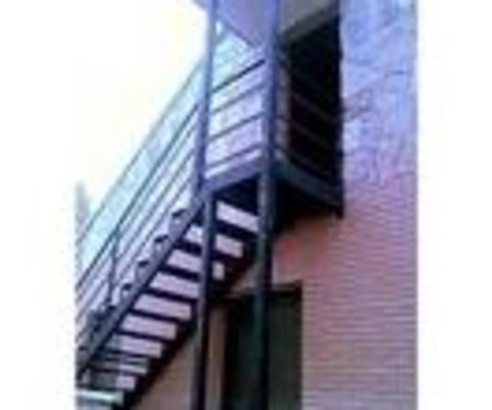 Escalera Metálica de exterior con barandilla incorporada.