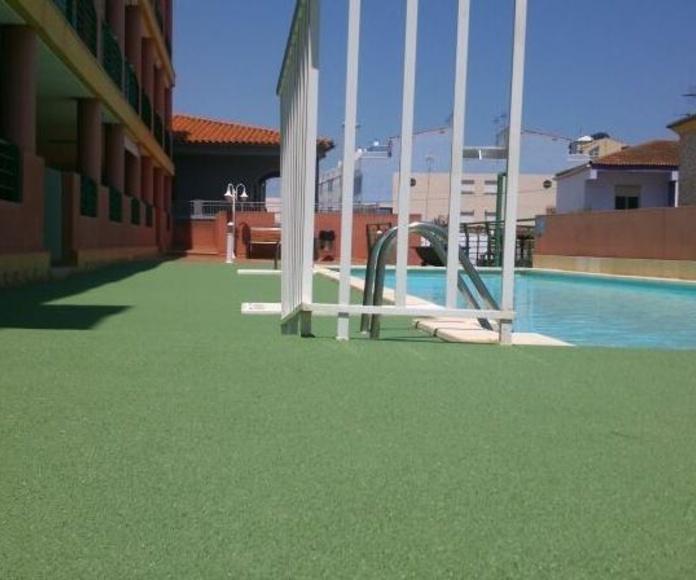 Piscina exterior con caucho continuo TPV en Xilxes (Castellón)