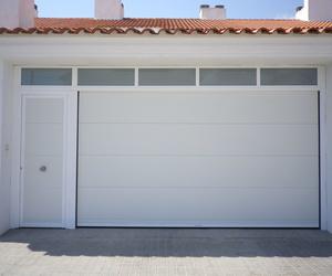 seccional con portón lateral y ventanas fijas superiores.