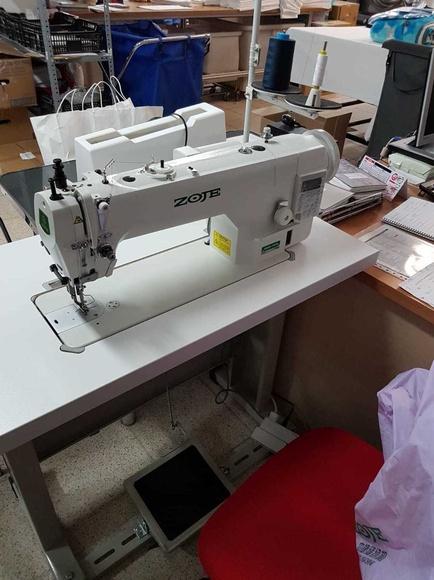 Instalación de máquina de coser industrial.