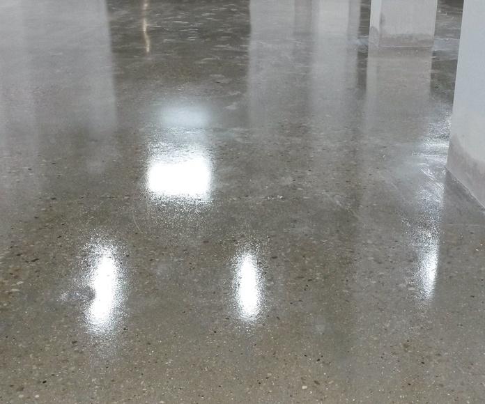 Pulido, rejuntado, endurecido con litio y poliuretano transparente de hormigón en taller sin necesidad de poner un pavimento nuevo encima. (Muy económico)